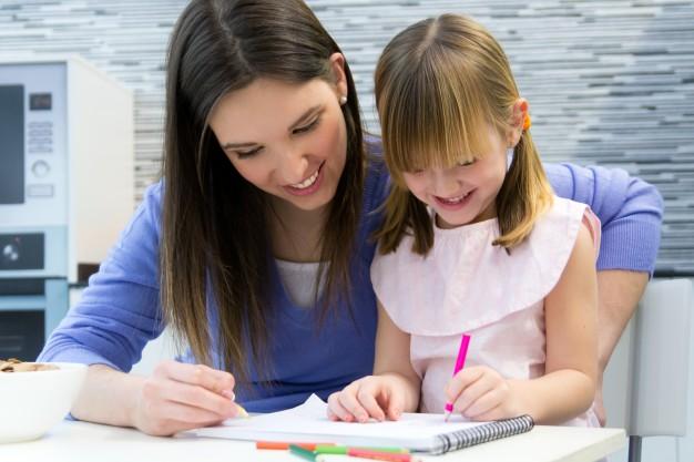אמא מציירת עם הילדה שלה